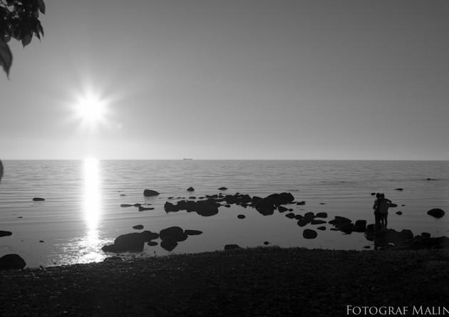 solnedgång visby strandpromenaden svartvitt kärlek