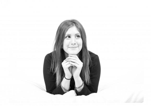 Yasmine studiofotografering svartvit porträtt
